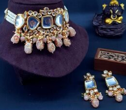 Premium quality indian bollywood gold toned peach coloured kundan with pearls choker set