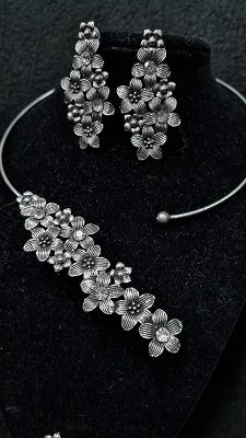 Oxidised silver toned floral assymetrical necklace set with finger ring